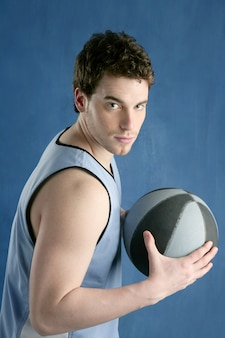 Korb-spielerportrait des jungen mannes des basketballs