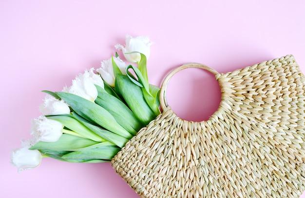 Korbhandtasche mit tulpenblüten