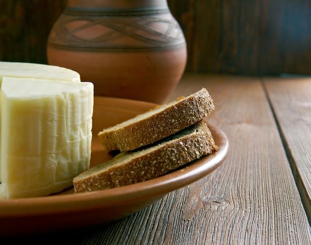 Korbkäse ist ein halbweicher käse nach arabischer art aus kuhmilch, der frisch oder trocken erhältlich ist