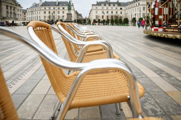 Korbstühle auf dem hauptplatz von orleans in frankreich