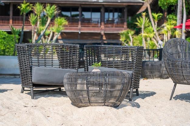 Korbstühle und tisch im leeren strandcafé neben dem meer. nahaufnahme. insel koh phangan, thailand