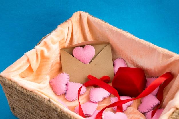 Korbweide mit valentinstaggeschenken