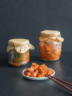 Korea kimchi kürbisgurken auf einem schwarzen tisch.