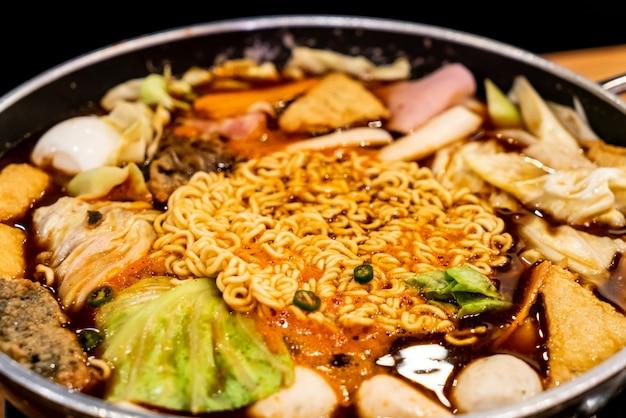 Korean hot pot 'budae jjigae' ist koreanische fusionsküche, die amerikanischen stil mit nudel, schinken, sa beinhaltet