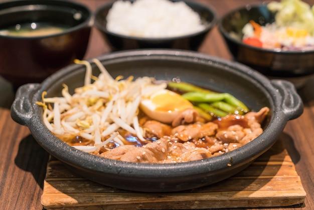 Koreanisch würzig bbq schweinefleisch serviert auf einer heißen platte