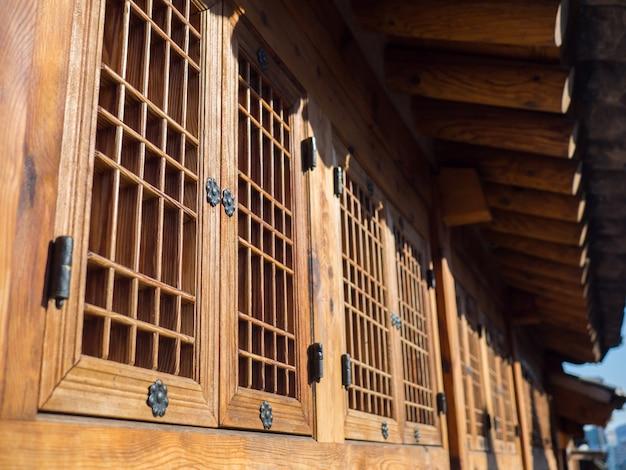 Koreanische art der alten hölzernen fenster unter dach mit sonnenlicht