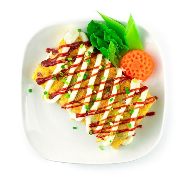 Koreanische eierrolle (gyeran-mari) füllung käse koreanisches essen fusion gericht dekoration geschnitzte karotte blumenform stil draufsicht style