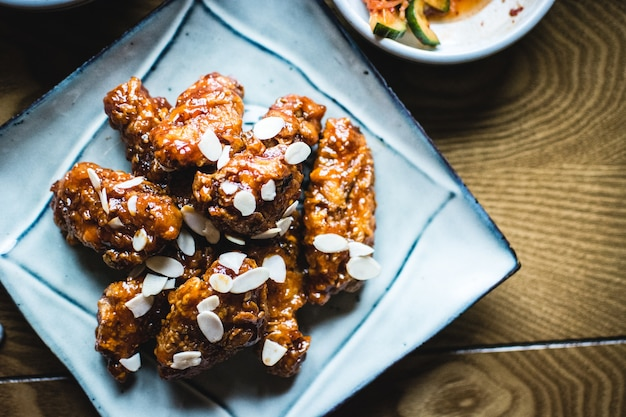 Koreanische hähnchenflügel in barbecue sauce