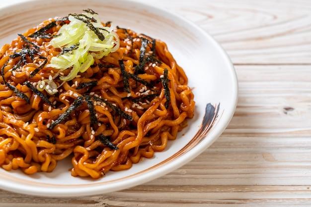 Koreanische heiße und würzige instant-nudel mit kimchi