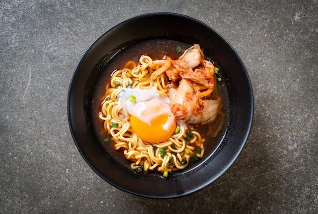 Koreanische instant-nudeln mit kimchi und ei