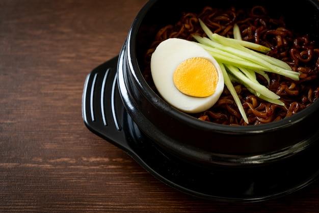 Koreanische instant-nudeln mit schwarzer bohnensauce überzogener gurke und gekochtem ei (jajangmyeon oder jjajangmyeon) - koreanische küche