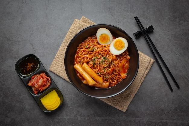 Koreanische instant-nudeln und tteokbokki in koreanischer würziger sauce, altes essen