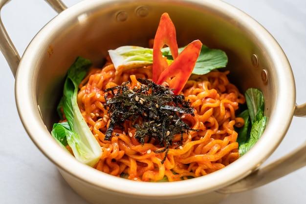 Koreanische instantnudeln mit gemüse und kimchi