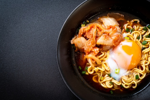 Koreanische instantnudeln mit kimchi und ei