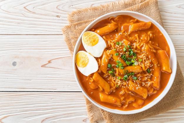 Koreanische instantnudeln und tteokbokki in koreanischer scharfer sauce, rabokki - korean food style