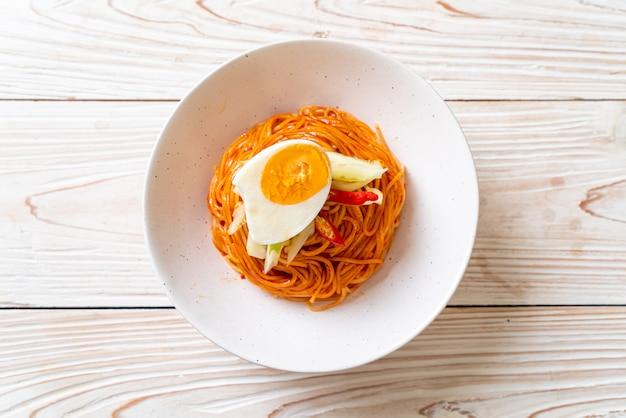 Koreanische kalte nudeln mit ei