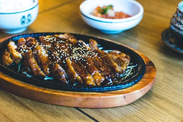 Koreanische knusprige ente mit honigsoße und sesam