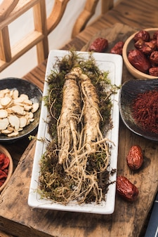 Koreanische kräutermedizin: frischer ginseng