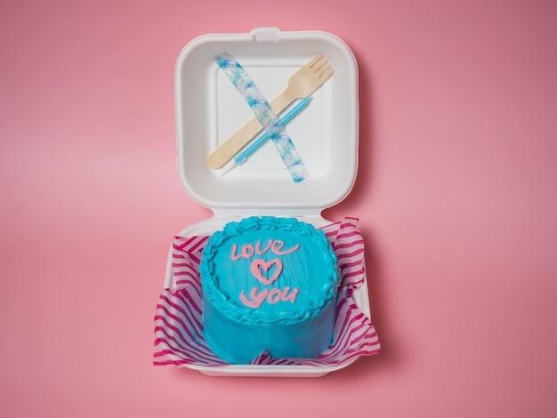 Koreanische kuchen-lunchbox, kuchen mit den worten liebe dich und ein herz. platz für deinen text