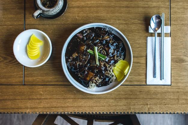 Koreanische nudeln mit dicker süßer sojasauce
