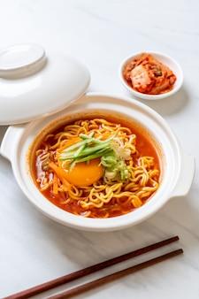 Koreanische scharfe instantnudeln mit ei, gemüse und kimchi