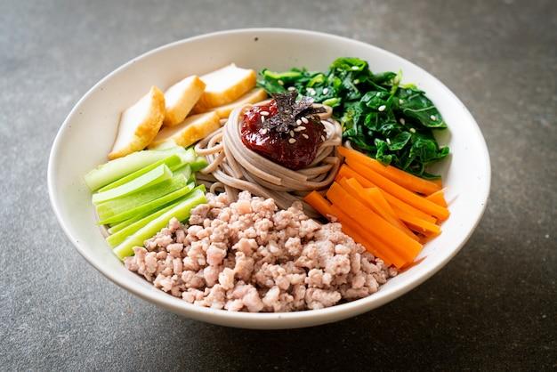 Koreanische scharfe kalte nudeln - bibim makguksu oder bibim guksu - koreanische küche