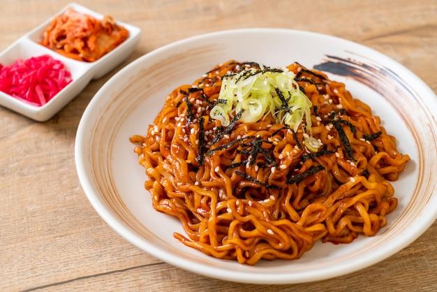 Koreanische scharfe und würzige instantnudel mit kimchi