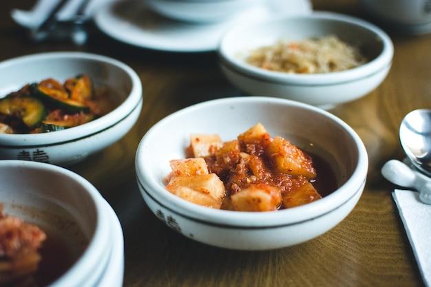 Koreanische schüssel fermentiertes gemüse in einem restaurant