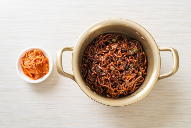 Koreanische schwarze spaghetti oder instantnudeln mit gerösteter chajung-sojabohnensauce (chapagetti) - koreanische küche