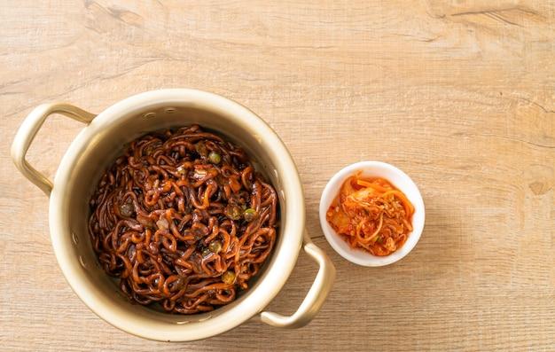 Koreanische schwarze spaghetti oder instantnudeln mit gerösteter chajung-sojabohnensauce (chapagetti). koreanischer essensstil