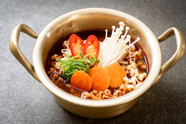 Koreanische sofortige nudeln im goldenen topf