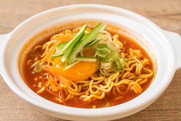Koreanische würzige instant-nudeln mit ei, gemüse und kimchi
