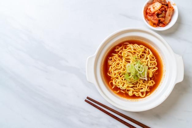 Koreanische würzige instant-nudeln mit kimchi