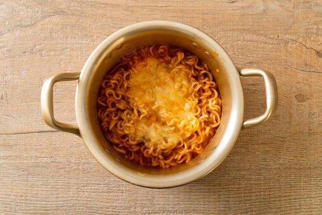 Koreanische würzige instant-nudelschale mit mozzarella-käse