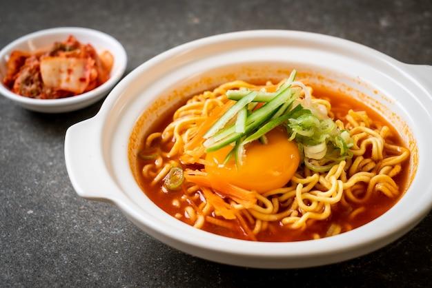 Koreanische würzige instantnudeln mit ei, gemüse und kimchi