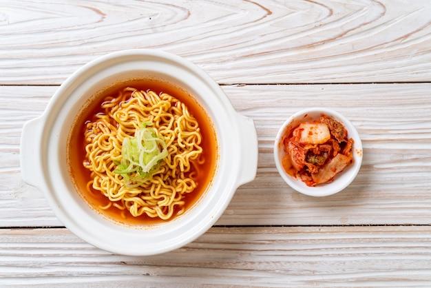 Koreanische würzige instantnudeln mit kimchi
