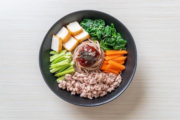 Koreanische würzige kalte nudeln - bibim makguksu oder bibim guksu - koreanischer essensstil