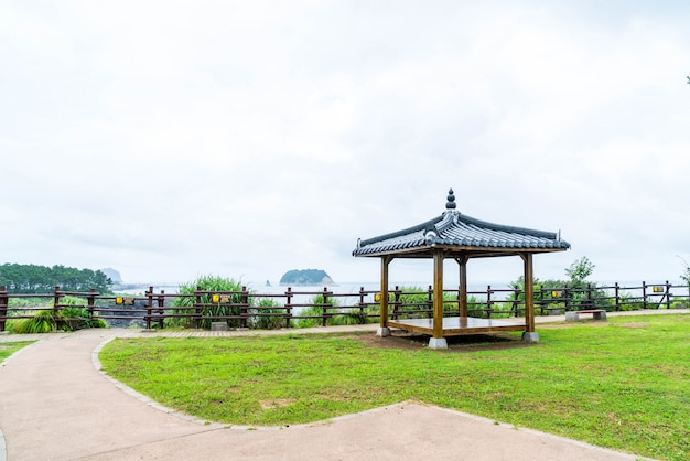 Koreanischer pavillian im jeju-do oedolgae rock park auf der insel jeju
