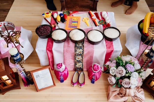 Koreanischer traditioneller feiertag doljanchi erster geburtstag, dekoration. asandi. einhaltung der bräuche ihrer vorfahren. arbeit des dekorateurs und veranstalters der veranstaltung