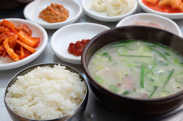 Koreanischer traditioneller teller dwaeji-gukbap.