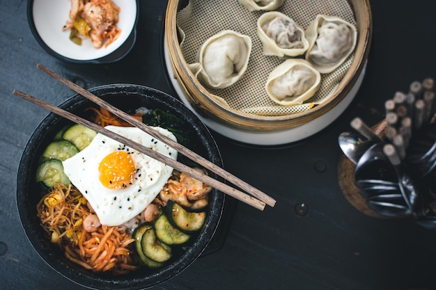 Koreanisches bibimbap und dim sum