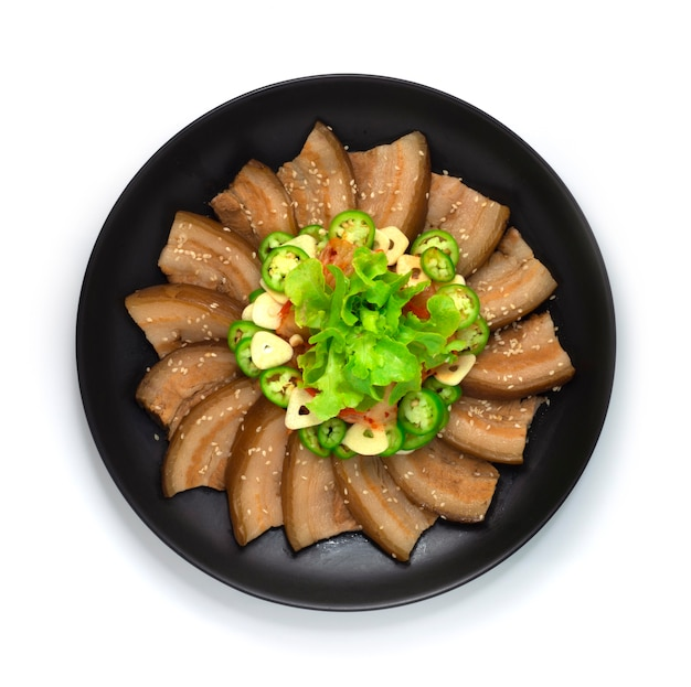 Koreanisches bossam gekochtes schweinefleisch serviert kimchi chili und knoblauch streuen weißen sesam