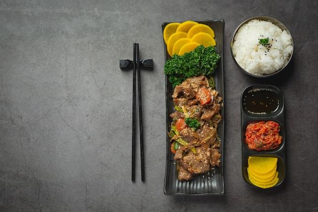 Koreanisches essen bulgogi oder marinierter rindfleischgrill servierfertig
