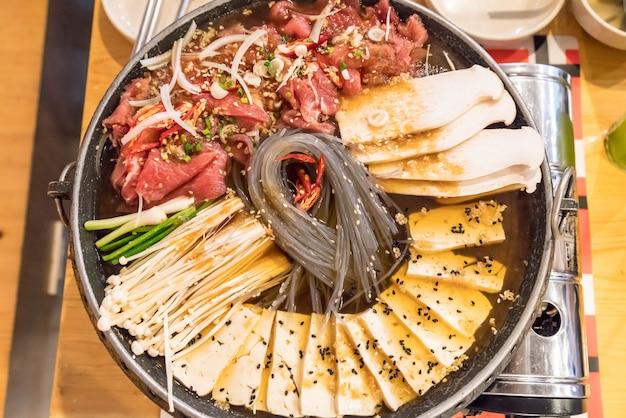 Koreanisches essen hot pot (budaejjigae)