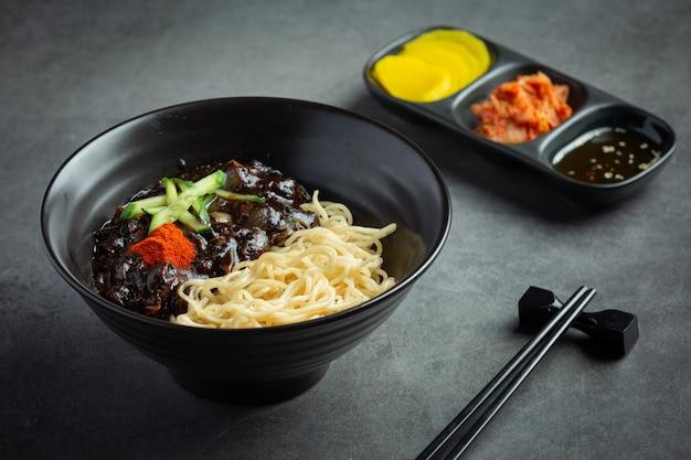 Koreanisches essen, jajangmyeon oder nudel mit fermentierter schwarzer bohnensauce