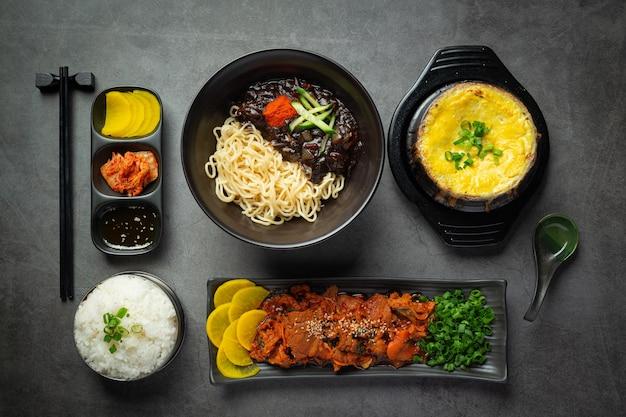 Koreanisches essen, jeyuk bokkeum oder gebratenes schweinefleisch in koreanischer sauce
