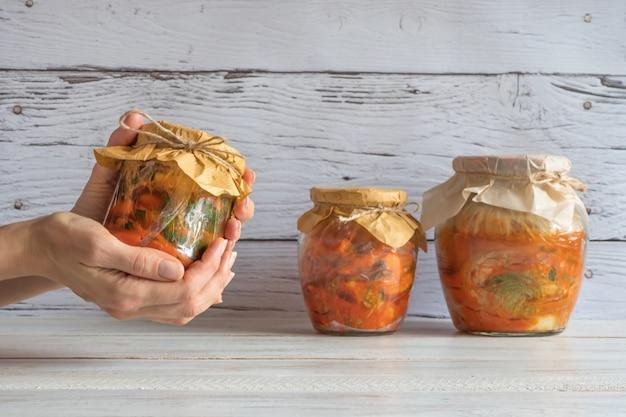 Koreanisches kimchi in gläsern auf einem holztisch.