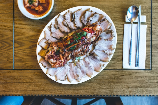 Koreanisches schweinebrustfleisch mit fermentiertem kimchi