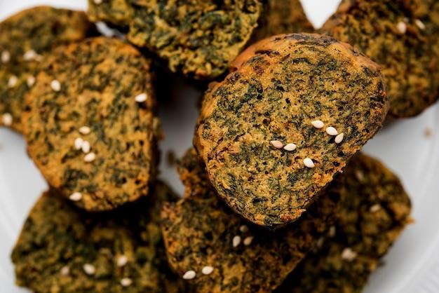 Korianderkuchen oder kothimbir vadi ist eine beliebte maharaschrische küche aus korianderblättern