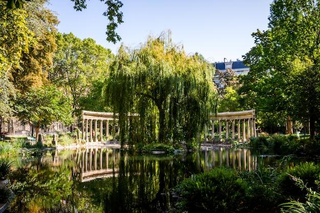 Korinthische kolonnade im parc monceau, paris, frankreich